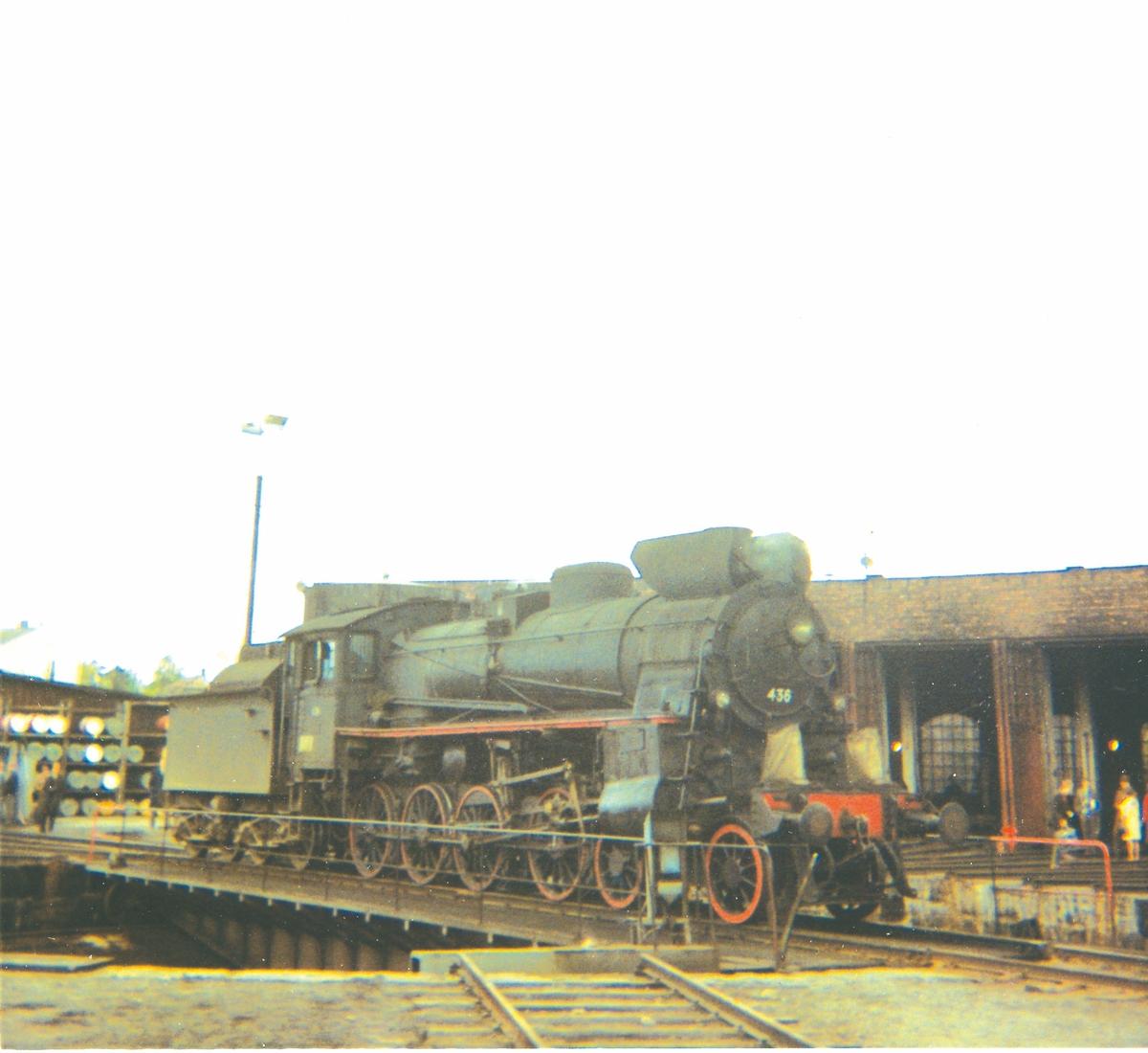 Damplok 26c nr. 436 på svingskiven på Hamar stasjon, trukket frem for fotografering i forbindelse med SJKs besøk.