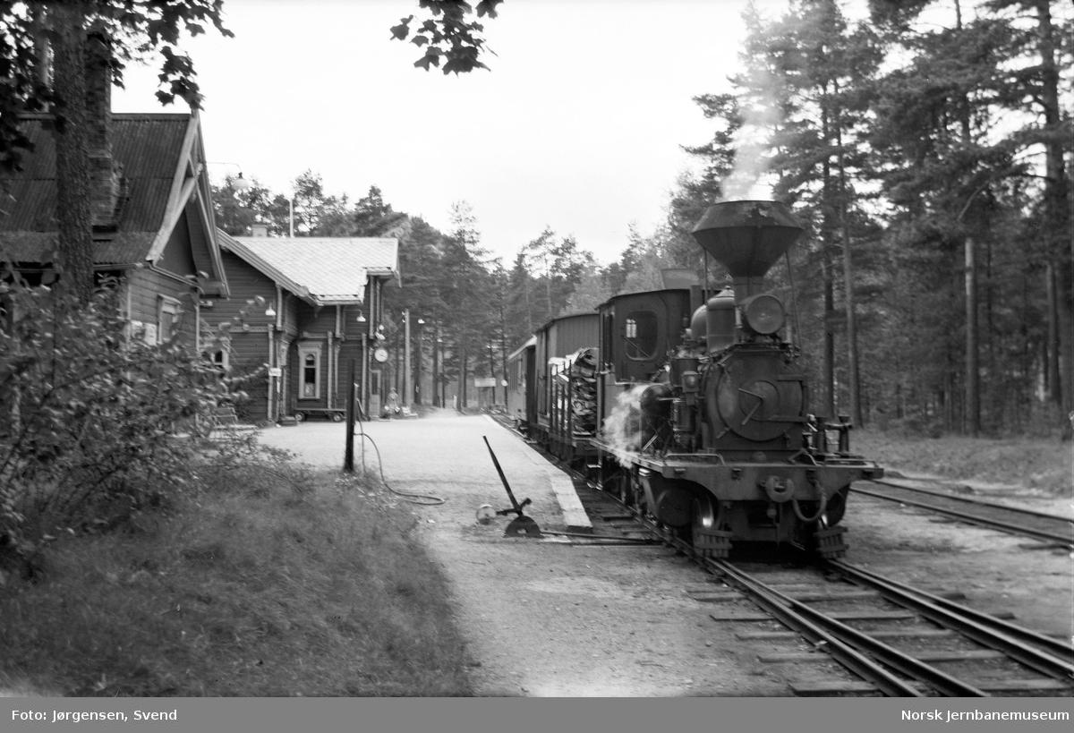 Byglandsfjord stasjon med damplokomotiv foran godstog