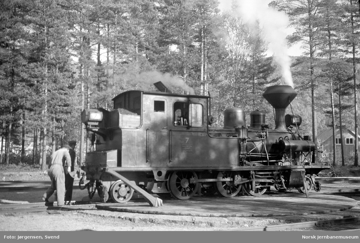 Damplokomotiv nr. 7 på svingskiva på Byglandsfjord stasjon