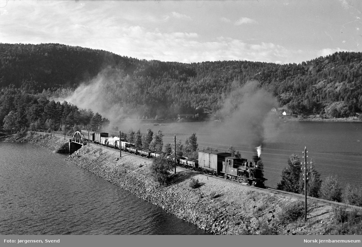 Godstog på fyllingen og brua ved Hægeland