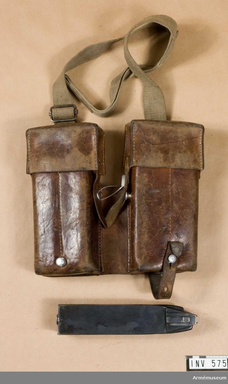 Typ framväskor. Innehåller fyra st 50-skotts-magasin till kpist m/1943 och m/1943-44. Schweizisk gåva.  Samhörande nr är 511-599, 700-701.