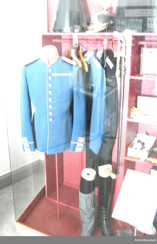 Grupp C I. Ur uniform för överste vid Fortifikationen, bestående av syrtut,  ridbyxor, mössa, sabelkoppel, ridstövlar.