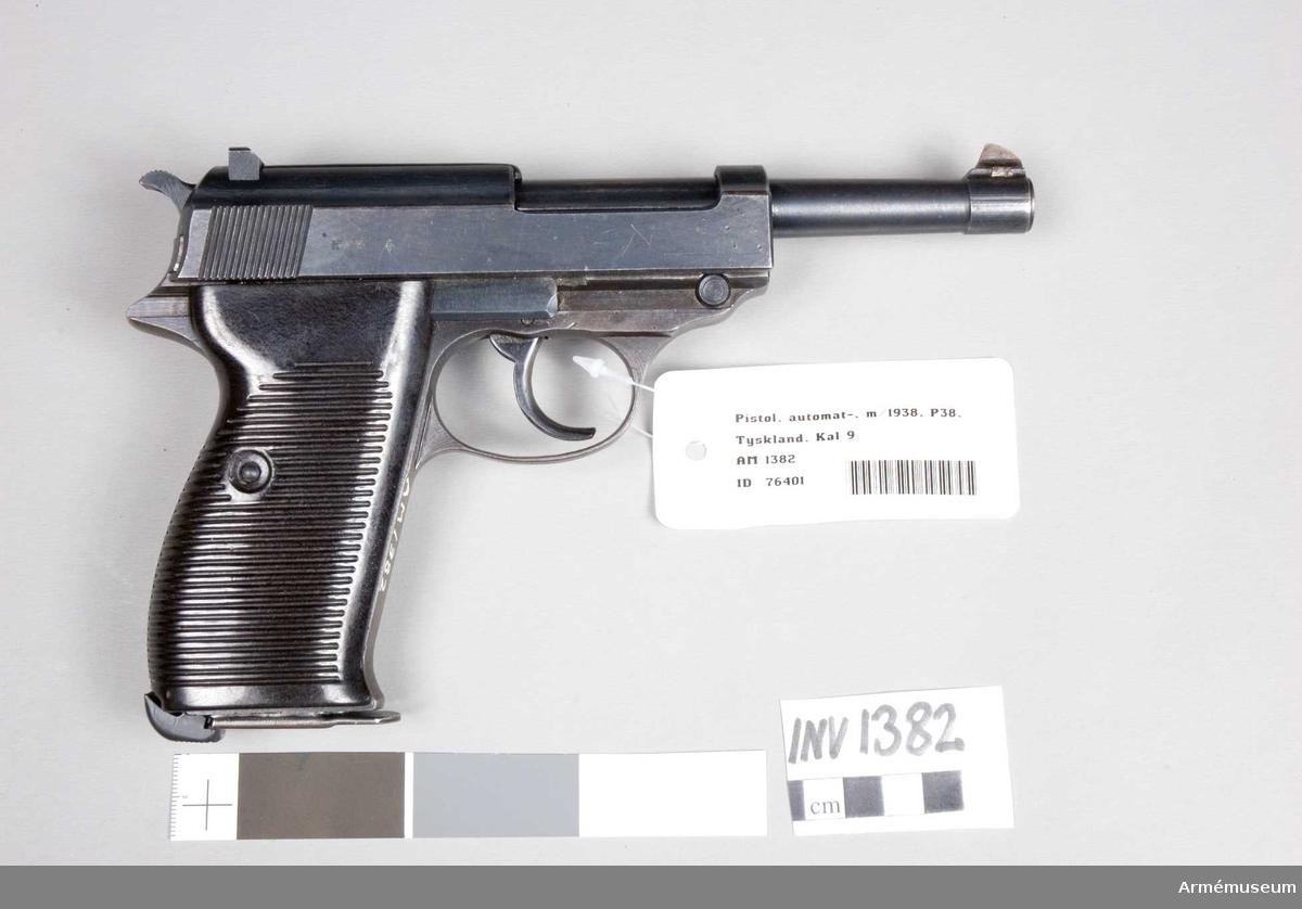 Pistol m/1938, halvautomatisk.Tillv.kod: cyq. Består av: 1 halvautomatisk pistol, 1 magasin.