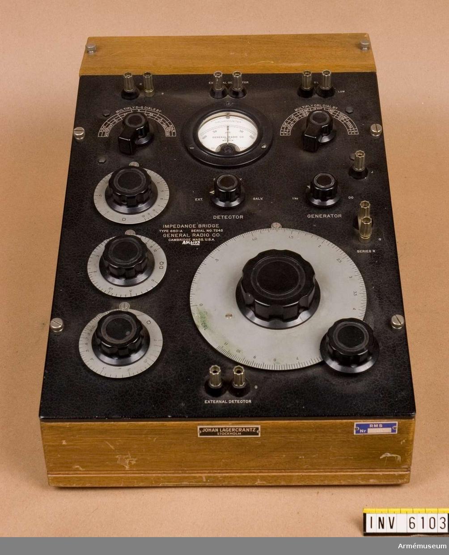 """Används för mätning av motstånd i spolar, kondensatorer och motstånd för växelström. Varierar med frekvensen. Märkt """"Impedange Bridge. Type 650-A Serial NO.7245 (RMS 337)""""."""