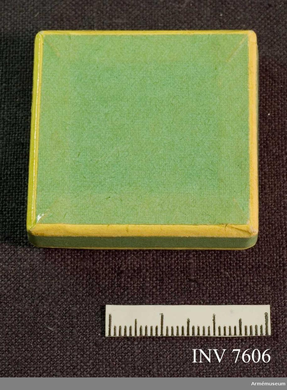 Erövrat av Sigfrid H Hultquist som sergesant I 26. Märket förvaras i en grön ask med skrivet i botten: Sergeant Hultquist I 26.