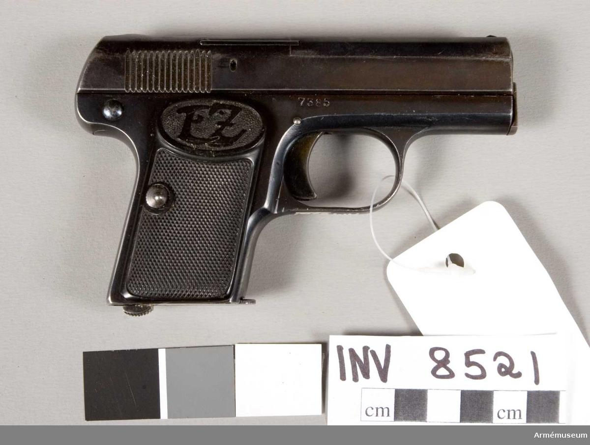 Halvautomatisk pistol. Tillverkningsnr 7385. Tillverkare E Zehner Suhl Tyskland. Märkt: Zehna D.R.P.a. (N med en krona). Handgrepp av kontmassa, märkt EZ.
