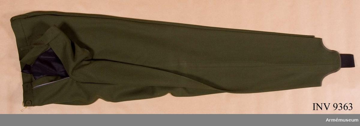 Skidbyxor m/1968. Tillverkad i grönt tyg, är avsmalnande nedåt och försedda med hålfothällor av resår, har två sidfickor och två bakfickor samt hällor för bälte.