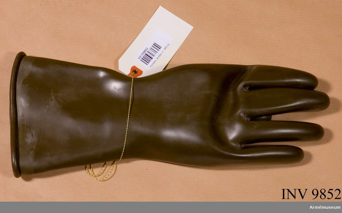 """Skyddshandske, 1950-tal, höger. Skyddshandske, höger hands, från 1950-talet. Handsken är märkt """"Tretorn 838-4"""". Handsken är till färgen grön och avsedd att användas till skyddsdräkt M 7376-701011 skyddsdräkt 701/S."""