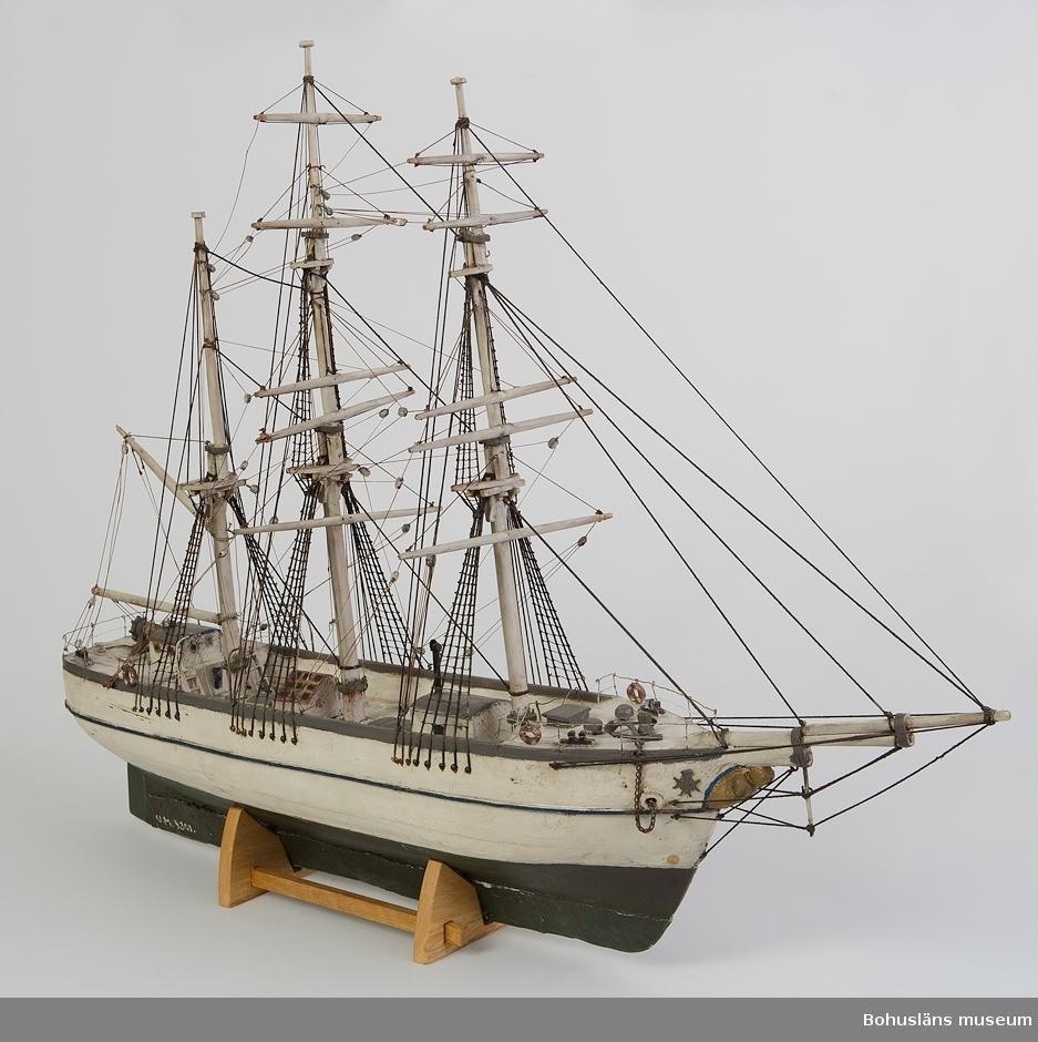 Ur handskrivna katalogen 1957-1958: Båtmodell L. (utan bogsprötet) : 63,5 cm. Barkskepp, vitmålat. Föremålet relativt helt.  Lappkatalog: 46