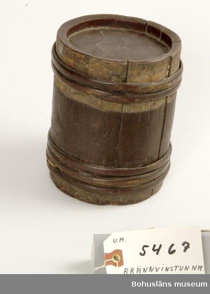 Föremålet visas i basutställningen Kustland,  Bohusläns museum, Uddevalla. Ur handskrivna katalogen 1957-1958: Brännvinstunna, brun Cylindr.D. utan banden: 11,5; L. c:a 15 cm; av trä, band av trä, varav ngt saknas; hålet har en extra förstärkn. av trä.  Lappkatalog: 52