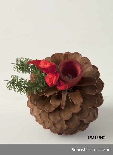 Stor kotte, fotplatta och ljushållare av rödmålat trä.  Se UM015810