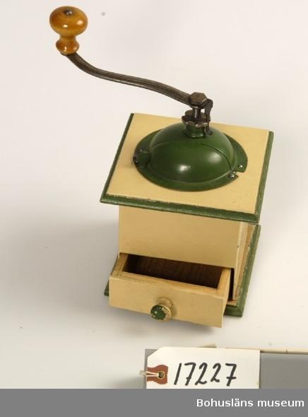 Gult hus med grön dekor. Utdragbar låda grön plåthuv vev med ställbar grovlek på kvarnen.