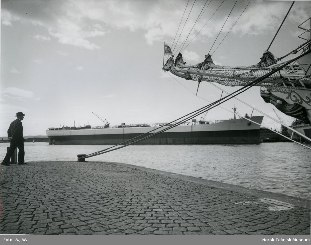 Tankeren M/S Sonja, B/N 560 under utrustning på Akers Mek. Verksted 10. august 1965. Skipet ble levert 11. november 1965 til Onstad Shipping A/S.