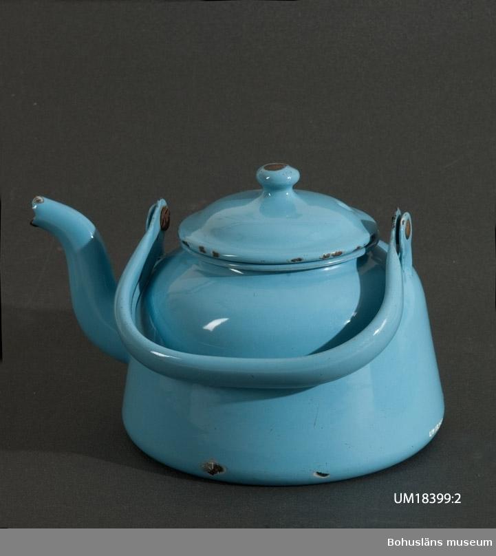 Kaffekittel i blå emalj. I botten lagad med Plastic Padding.