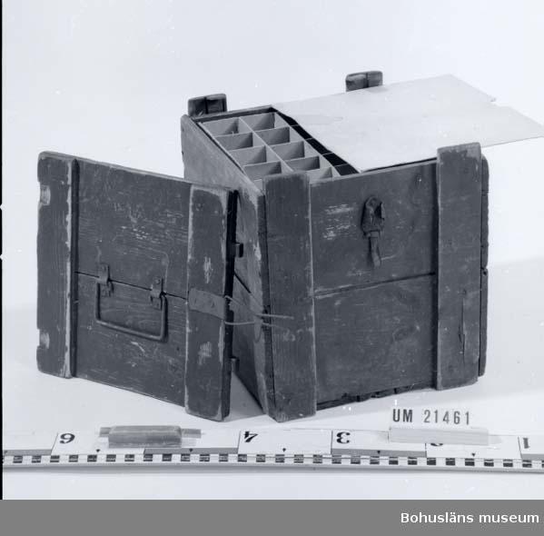 """594 Landskap BOHUSLÄN  Fyrkantig låda med låsbart lock. Lådan är målad röd-brun. Innehåller fack i papp i fyra lager för totalt 100 ägg. På kortsidan vid locket är det en metallanordning för stängning i vilket ett hänglås kan sättas. På locket står det: """"WARSAMT INNEHÅLLER 5 TJOG  ÄGG"""".  Omkatalogiserat 1997-01-23 GH.  UMFF 24:6"""