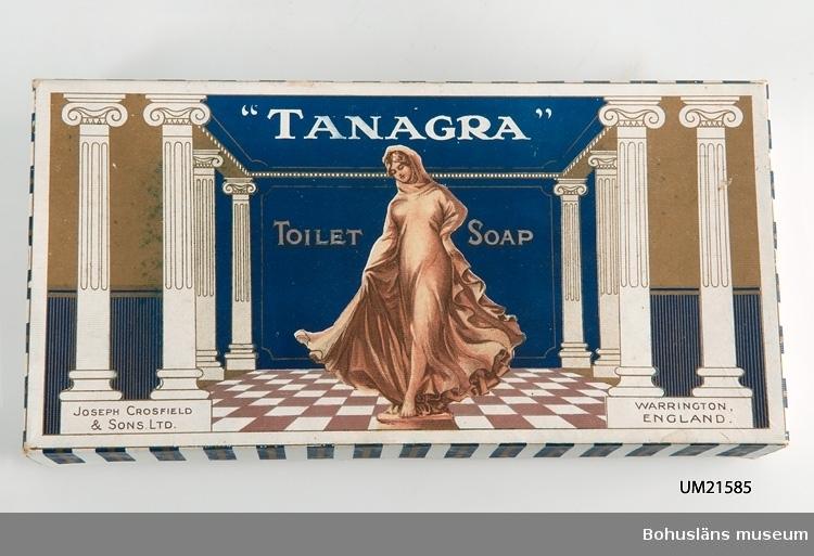 """Pappask för tvålar, engelsk tillverkning. Märkt: """"Tanagra"""" """"Toilet-soap"""". Innehåll: Tom."""