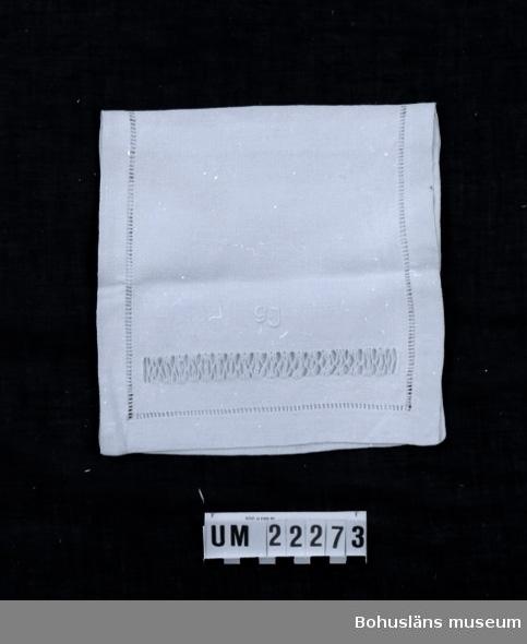 """594 Landskap BOHUSLÄN  Servettväska med ett fack, broderat med utdragssöm och langettsöm. På framsidan broderat monogram: """"GJ"""".  UMFF 95:3"""