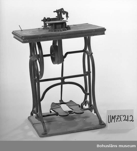 Maskinen är mycket liten.  Banddriven.  Ur punktnummerkatalogen 1958-1976: Uddevalla kommun. Symaskiner på underrede, 4 st.
