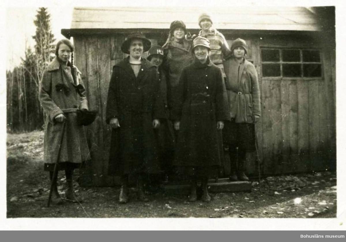 Huset i Buskane, eller Skojarhålan var litet och enkelt.  1925, och efter att resandefamiljen flyttat härifrån, fotograferades sju bondflickor från grannskapet som var på utflykt när de stod framför stugan. 2012 var alla flickorna utom en avlidna. Fotograf okänd, foto i privat ägo.