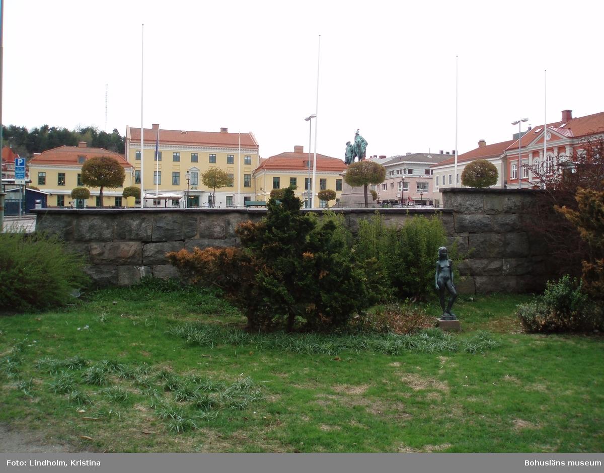 """""""Baksidan"""" av suckarnas mur med utsikt mot Kungstorget och statyn. Foto: Kristina Lindholm, Bohusläns museum."""