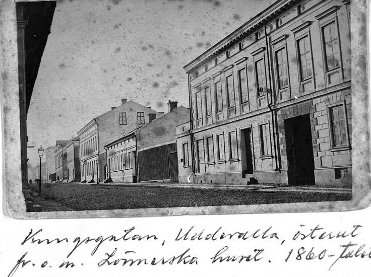 """Text på kortet: """"Kungsgatan, Uddevalla, österut fr. o m. Lönnerska huset. 1860-talet""""."""