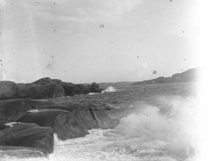 "Enl. text i blå bok: ""Brytand sjö vid klippstrand."" ::"