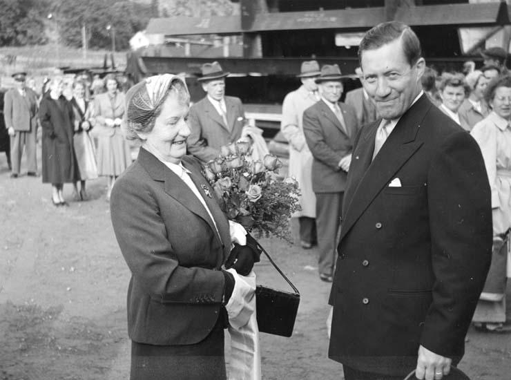 Publik och fartygets gudmor Hjördis Johansson med varvets dåvarande VD Helge Hagelin inför dop och sjösättning av 114 M/S Hjördis Thordén. Hjördis Johansson var mor till Gustaf B. Thordéns andra fru Clary Thordén.
