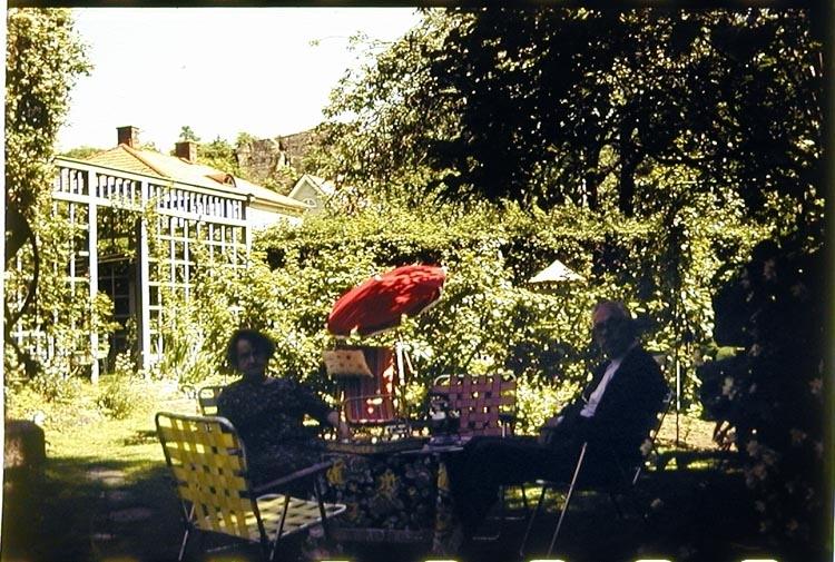 Kaffestund i de nya trädgårdsmöblerna av aluminiumrör och plastband