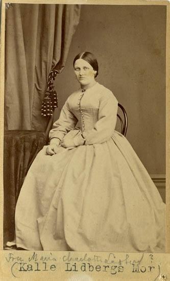 """Text på kortets baksida: """"Fru Maria Charlotta Lidberg. Mor till Karl Lidberg""""."""