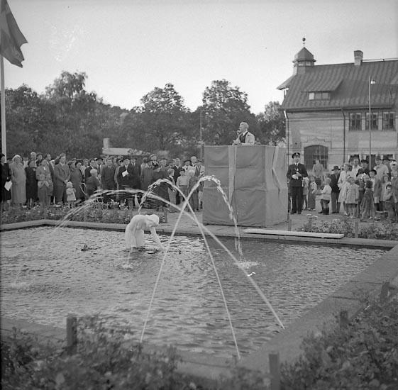 """Enligt notering: """"Avtäckning av Näckrosen 17/9 1947""""."""