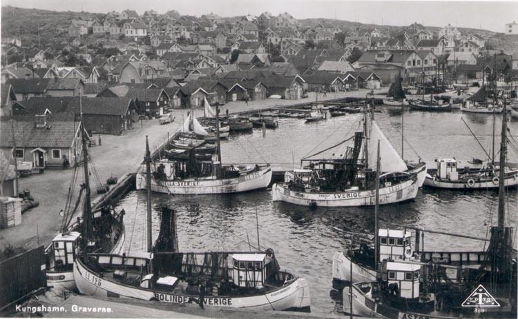 """Tryckt text på kortet: """"Kungshamn. Gravarne"""". Noterat på kortet: """"Från Bäckevikskullen mot s. Början av 1940-t.""""."""