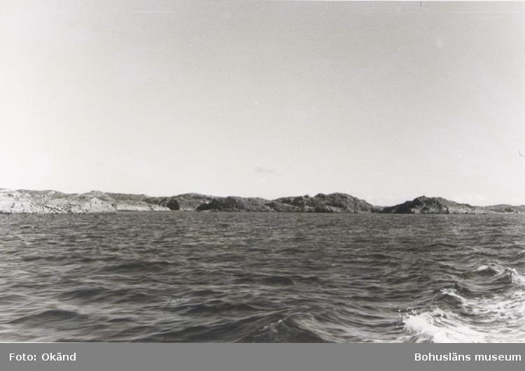 """Noterat på kortet: """"STIGFJORDEN Sept. 1954"""". """"UTSIKT ÅT ÖSTER FRÅN FARLEDEN IN MOT LYRÖSUND""""."""