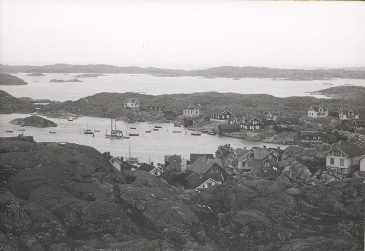 """Noterat på kortet: """"KYRKESUND"""". """"FOTO (D44) DAN SAMUELSON 1924. KÖPT AV DENS. DEC.58""""."""