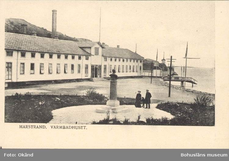 "Tryckt text på kortet: ""Marstrand. Varmbadhuset."" ::"