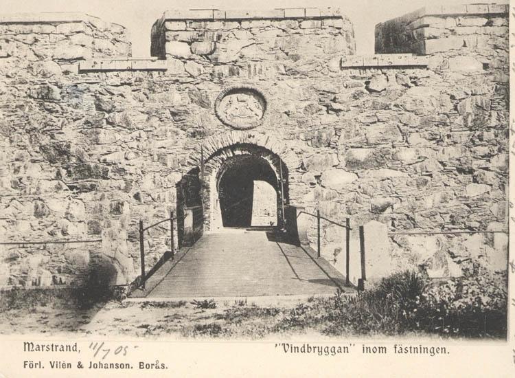"""Tryckt text på kortet: """"Marstrand. Vindbryggan inom fästningen."""" """"Förl. Vilén & Johanson, Borås."""""""""""