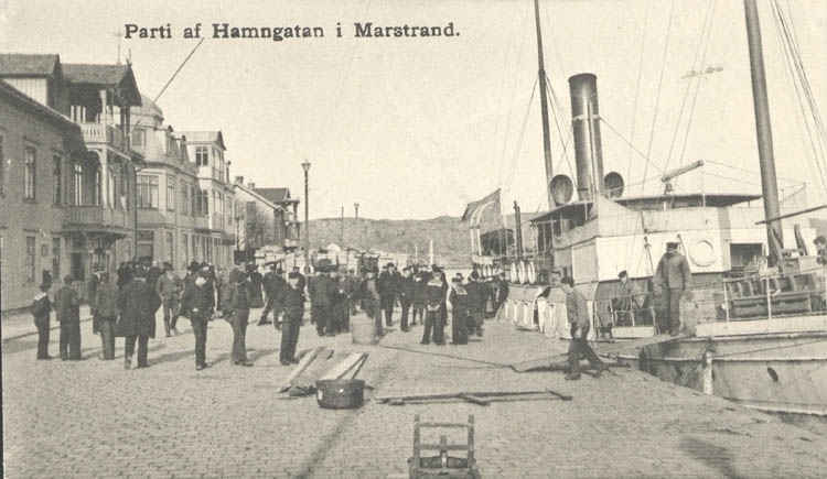 """Tryckt text på kortet: """"Parti af Hamngatan, Marstrand."""" ::"""