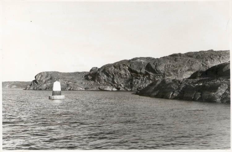 """Noterat på kortet: """"Malö Strömmar. Sept. 1954."""" """"Utsikt österut mot Björnsundsfjorden. Till höger St. Björnholmen."""""""