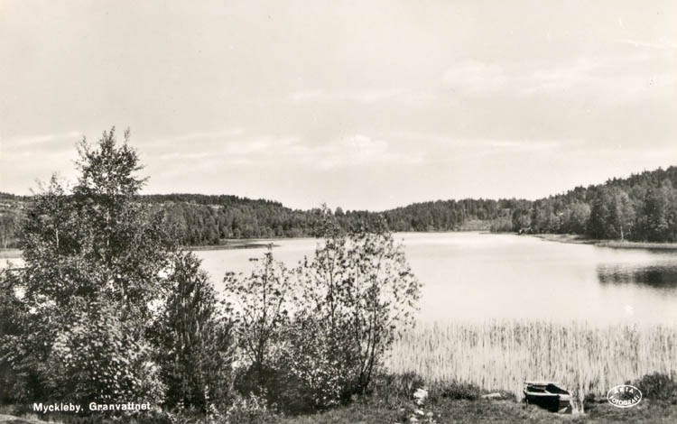 """Tryckt text på kortet: """"Myckleby, Granvattnet."""" """"Förlag: Josef Larsson, Hällene."""" Noterat på kortet: """"Granvattnet Myckleby Sn. Orust. Sept. 53."""""""