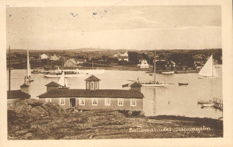 "Tryckt text på kortet: ""Kallbadhuset, Stenungsön."" ::"