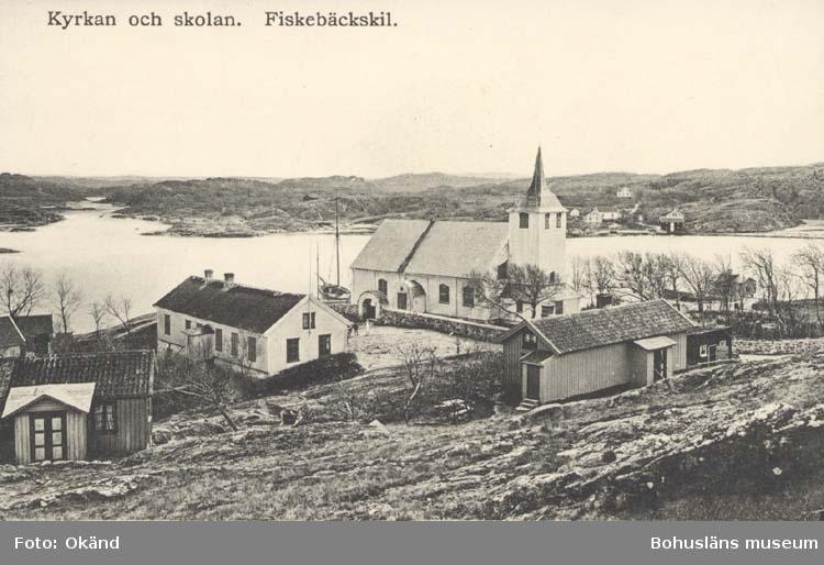 """Tryckt på kortet: """"Kyrkan och Skolan. Fiskebäckskil."""" ::"""