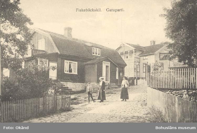 """Tryckt text på kortet: """"Fiskebäckskil. Gatuparti."""" """"Tekla Bengtssons Pappershandel, Fiskebäckskil."""""""