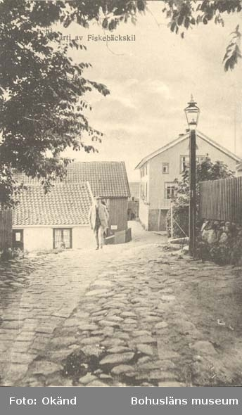 """Tryckt text på kortet: """"Gatuparti av Fiskebäckskil."""" """"Tekla Bengtssons Pappershandel, Fiskebäckskil."""""""