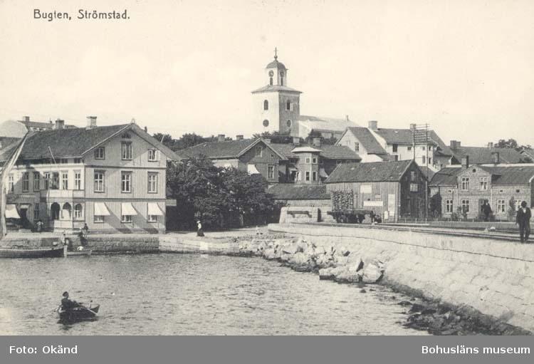 """Noterat på kortet: """"Bukten. Strömstad."""" """"M. N. Lysell Manufaktur, Herrekipering & Kortvaror."""""""