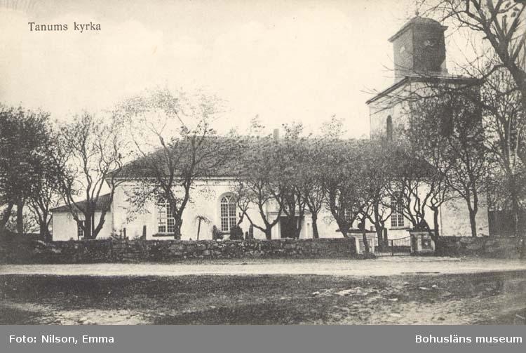 "Tryckt text på kortet:""Tanums kyrka."" ::"