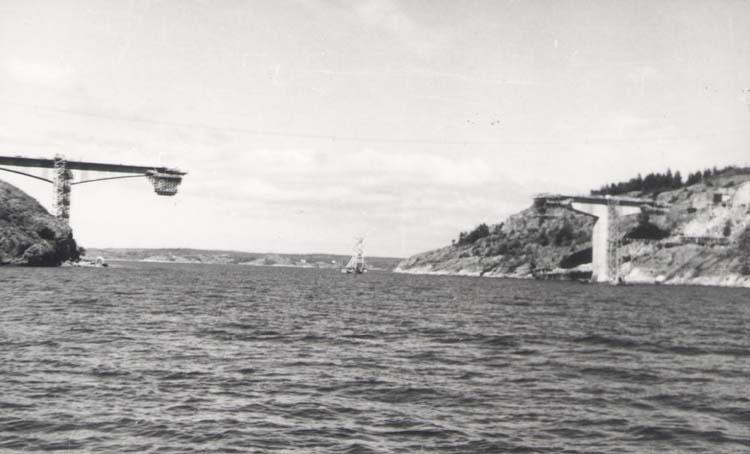 """Noterat på kortet: """"Tjörnbron (Spannet Källö-Stenungsön sett fr. söder)."""" """"27.8.58."""""""