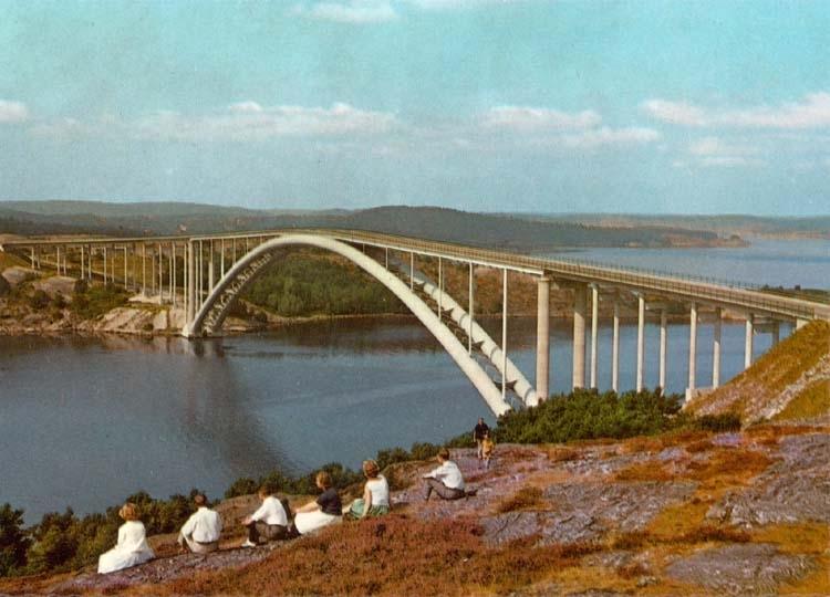 """Tryckt text på kortet: """"Tjörn och Orustleden. Panorama över Almöbron."""""""