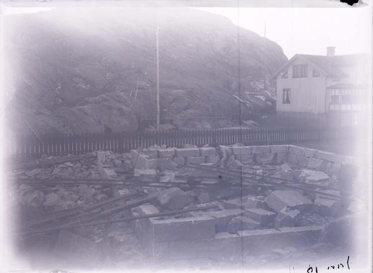 """Enligt text som medföljde bilden: """"Lysekil. Stenarbete på tomten. Jan.11""""."""