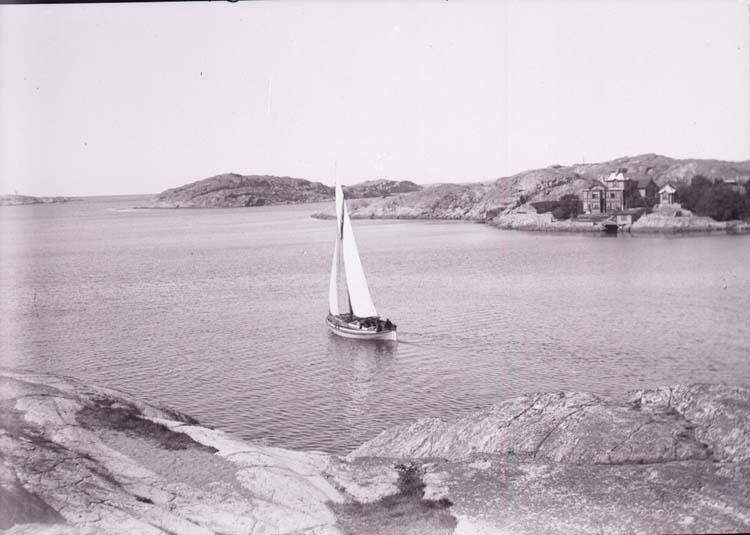 """Enligt text som medföljde bilden: """"Lysekil. Kyrkviksbugten fr. Släggö 21/8 1901."""""""