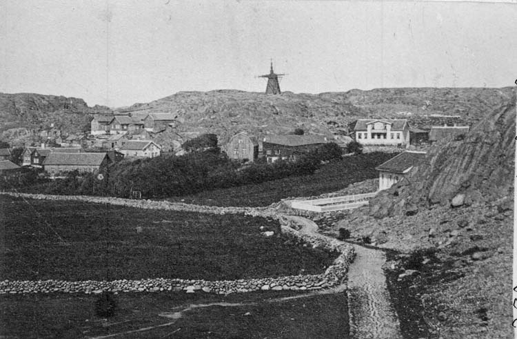 """""""Kyrkogatan 1861 från gamla kyrktornet. Originalet taget 1861 av Curman."""" enligt text som ristats på glasplåten."""