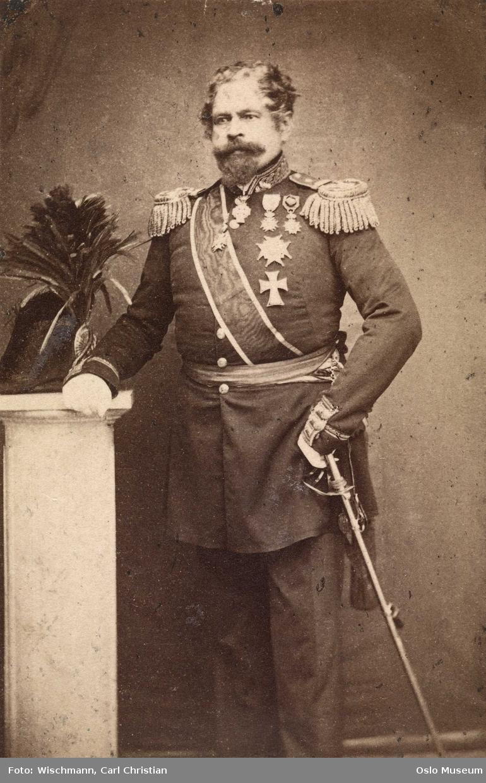 portrett, mann, generalløytnant, hoffsjef, uniform, ordener, stående knefigur